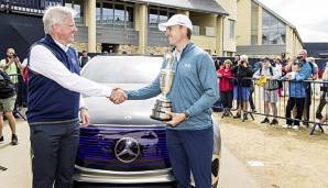 Jordan Spieth (r.) übergibt den Claret Jug an Martin Slumbers, Chief Executive von The R&A (l.).