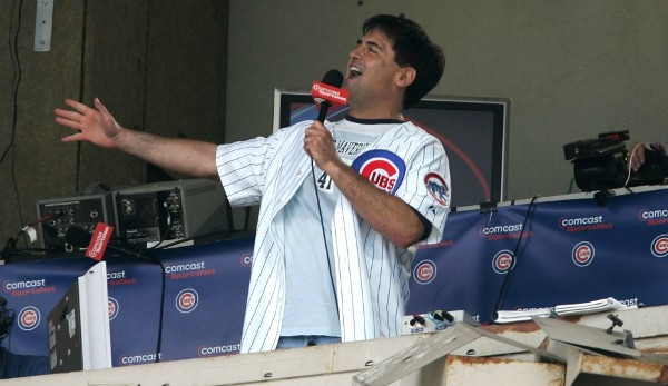 "TAKE ME OUT TO THE BALL GAME: ""... take me out to the crowd, buy me some peanuts and Cracker Jack, I don't care if I never get back ..."" Die inoffizielle Baseball-Hymne im Seventh Inning Stretch wird auch gerne mal von Promis wie Mark Cuban angestimmt"